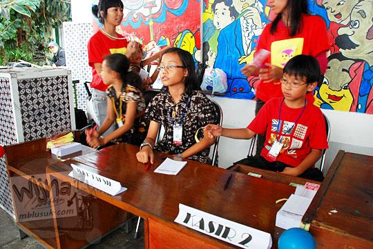kasir kota ceria wonderland yang seluruhnya merupakan anak-anak bertugas jaga di pagelaran seni Binnale Anak di Taman Budaya Yogyakarta pada Januari 2010