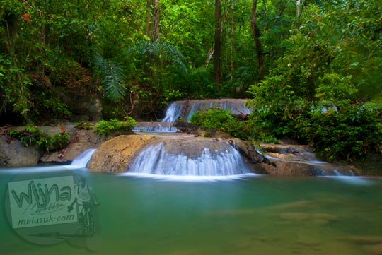 Foto kolam air jernih berenang di Air Terjun Moramo, Konawe Selatan, Sulawesi Tenggara di tahun 2011