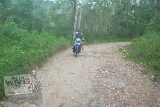 Foto akses jalan rusak menuju Air Terjun Moramo, Konawe Selatan, Sulawesi Tenggara di tahun 2011