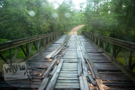 Foto jembatan penyebrangan desa Sumber Sari menuju Air Terjun Moramo, Konawe Selatan, Sulawesi Tenggara di tahun 2011