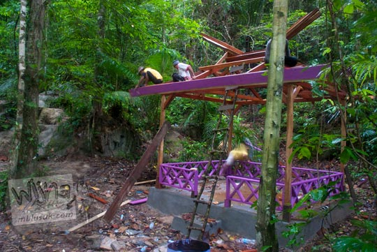 Gubuk istirahat dibangun oleh warga dan trasmigran di sekitar Air Terjun Moramo, Konawe Selatan, Sulawesi Tenggara di tahun 2009