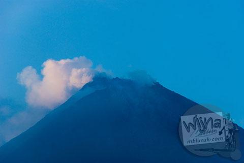 Foto kawah Gunung Merapi dari kawasan wisata Kaliadem, Yogayakarta di tahun 2006