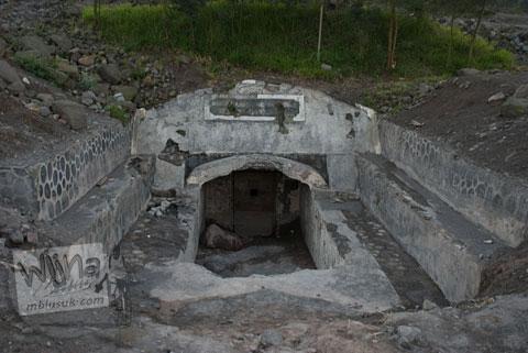 Foto bunkerMerapi di kawasan wisata Kaliadem, Yogayakarta di tahun 2006