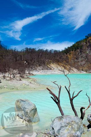 Foto batu-batu di pinggir danau Kawah Putih, Ciwidey, Bandung, Jawa Barat jaman dulu di tahun 2008