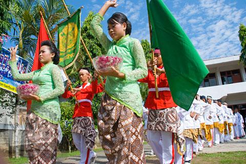 Foto Kirab Sukerta Peserta Proses Ruwatan Massal di Nanggulan, Kulon Progo yang digelar perguruan Tamansiswa pada tahun 2009