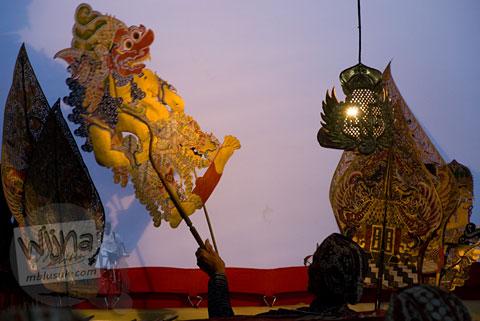 Pak Dalang sedang memainkan tokoh wayang Batara Kala dalam lakon Murwakala dalam Proses Ruwatan Massal di Nanggulan, Kulon Progo pada tahun 2009