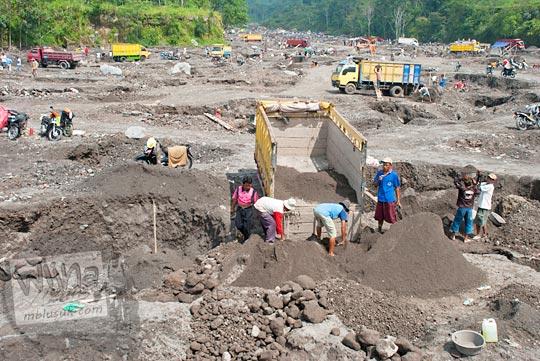 aktivitas penambangan pasir dari gunung merapi di sekitar kali woro di kabupaten Klaten, Jawa Tengah