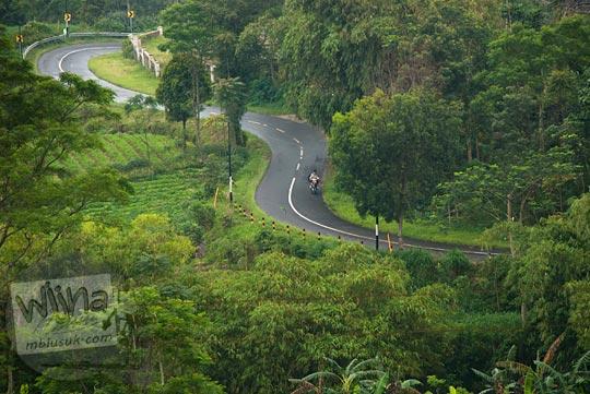 kontur jalan yang berliku dan menanjak dari arah Cepogo menuju Selo di Boyolali, Jawa Tengah