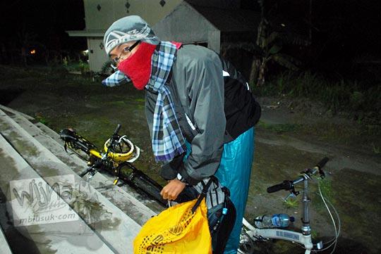 kostum bersepeda malam menahan hawa dingin yang menusuk tulang dari obyek wisata Selo di Boyolali menuju obyek wisata Ketep di Magelang