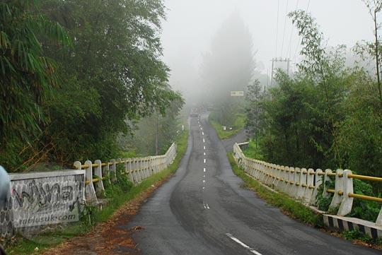 jalan raya berkabut menuju Selo dari Cepogo