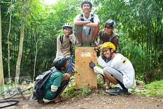 berfoto bersama di patok batas wilayah provinsi Yogyakarta dan Jawa Tengah yang terdapat di dalam hutan di lereng gunung Merapi