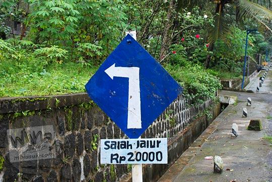 rambu peringatan salah jalur akan didenda Rp20.000 yang terdapat di desa lereng gunung Merapi di sekitar Kali Woro, Jawa Tengah