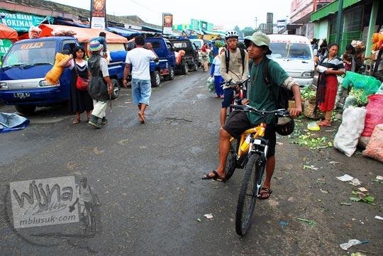 suasana sore hari di Pasar Cepogo, Boyolali masih ramai meskipun turun beberapa saat yang lalu