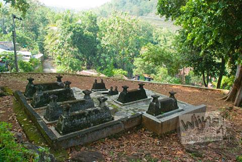 makam-makam kecil yang ada di sekitar tangga menuju makam raja-raja imogiri, Yogyakarta di tahun 2009