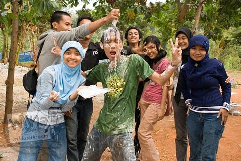 Foto ulang tahun Sigit Arry Prabowo di Kebun Buah Mangunan, Dlingo, Bantul saat Malam Keakraban Mahasiswa Program Studi Matematika UGM tahun 2007