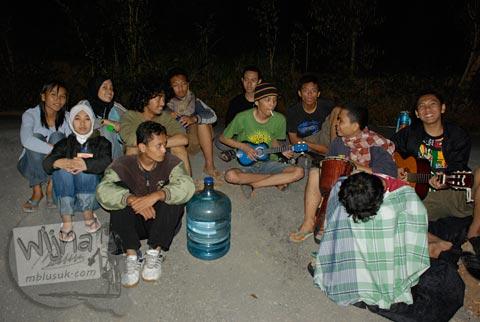 Foto mahasiswa camping di Kebun Buah Mangunan, Dlingo, Bantul pada tahun 2007 saat masih sepi