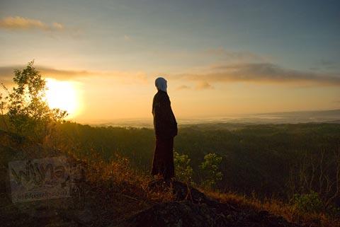 Foto siluet cewek jilbab saat sunrise kabut di Kebun Buah Mangunan, Dlingo, tahun 2007