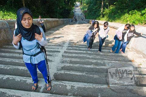 Ratusan anak tangga menuju makam raja-raja imogiri, Yogyakarta di tahun 2009