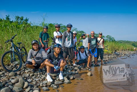 Para pesepeda berpose bersama di Pantai Cemplon, Moyudan, Sleman, Yogyakarta