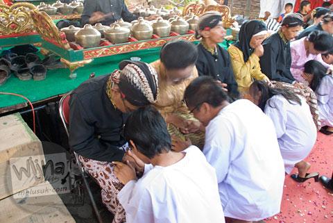 Para peserta Proses Ruwatan Massal meminta doa restu orangtua di Nanggulan, Kulon Progo pada tahun 2009