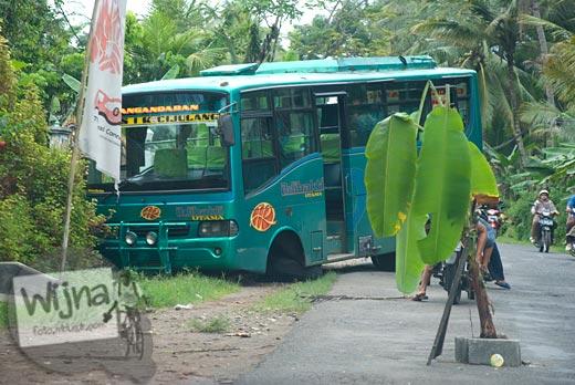 foto kecelakaan bus angkutan umum di jalur pantai pangandaran