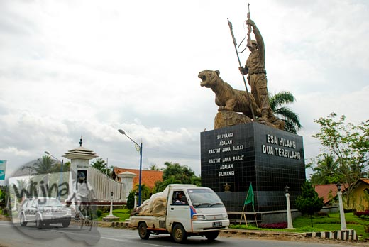 foto Gapura perbatasan wilayah provinsi Jawa Barat dan Jawa Tengah