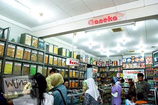 suasana toko kue, jajanan, dan oleh-oleh Aneka di kota Wonosobo pada tahun 90an