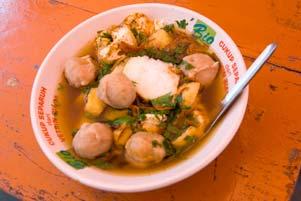 Thumbnail untuk artikel blog berjudul  Bakso Khas Lombok Uleg Pak Yitno di Alun-Alun Temanggung