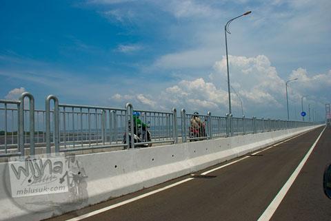 Foto aksi sepeda motor lewat jalan tol pada tahun 2009
