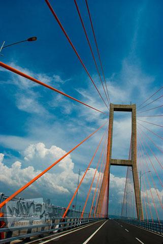 Pemandangan dari atas jembatan tol suramadu pada tahun 2009