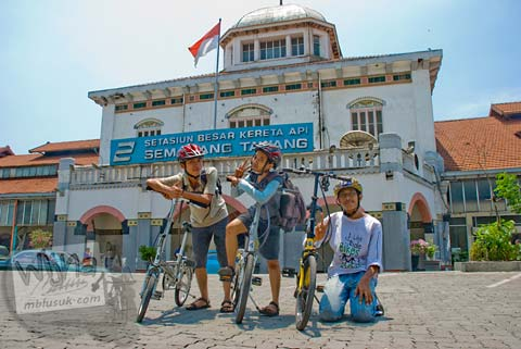 Sepeda Lipat masuk Stasiun Tawang