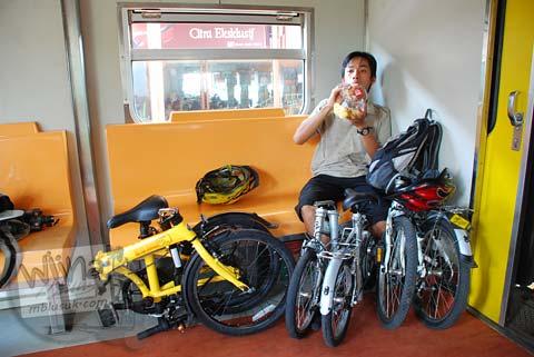 Sepeda Lipat di dalam gerbong kereta Joglosemar