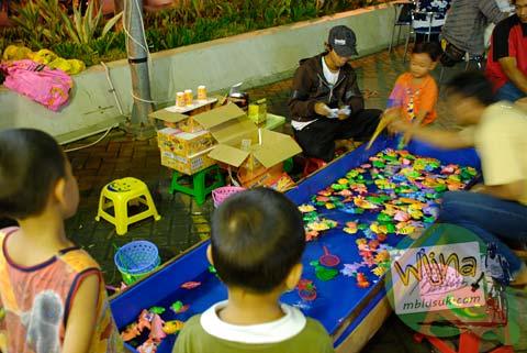 Mainan pancingan anak di Galabo Solo pada Juni 2009