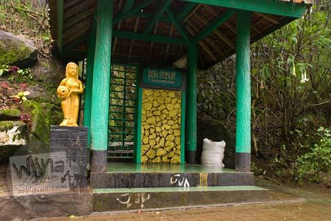 Foto hantu di Gua Sumur Eyang Kumalasari di telaga warna Dieng tahun 2008
