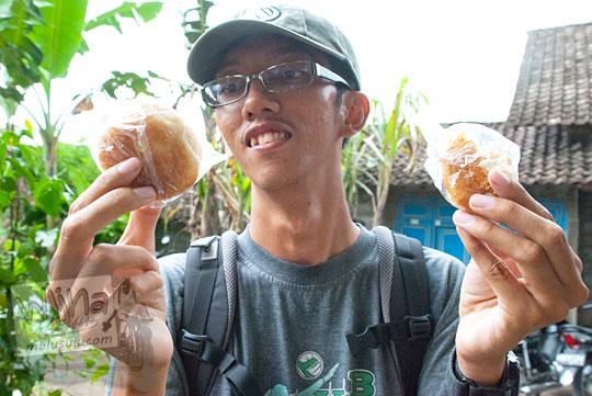 berburu kue apem pada upacara adat saparan ki ageng wonolelo di ngemplak, sleman