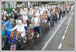 Siswa-siswi sekolah di Hari batik Yogyakarta tahun 2009