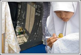 Demo membuat batik tulis di Hari batik Yogyakarta tahun 2009