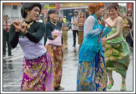 Waria Yogyakarta memakai busana batik di Hari batik Yogyakarta tahun 2009