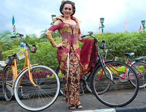 model batik pose telanjang di Yogyakarta