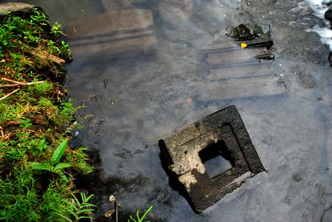 Batu-batu candi terbenam di dalam sungai Kali tepus, Berbah, Sleman, Yogyakarta pada tahun 2010