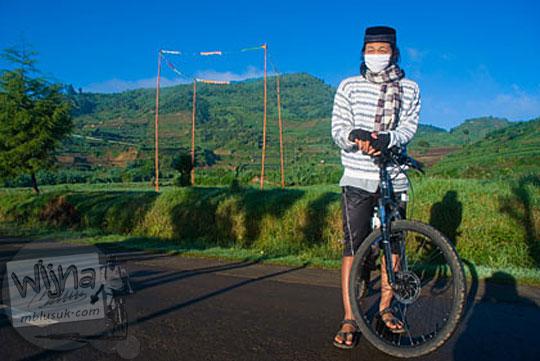 kisah cerita seru pengalaman para anak muda remaja pemuda cowok cewek yang bersepeda dari yogyakarta menginap di dataran tinggi dieng kulon wonosobo banjarnegara keliling obyek wisata