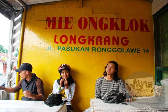 Pesepeda dari Yogyakarta ke Dieng bersantap kuliner Mie Ongklok Longkrang di Kota Wonosobo pada tahun 2010