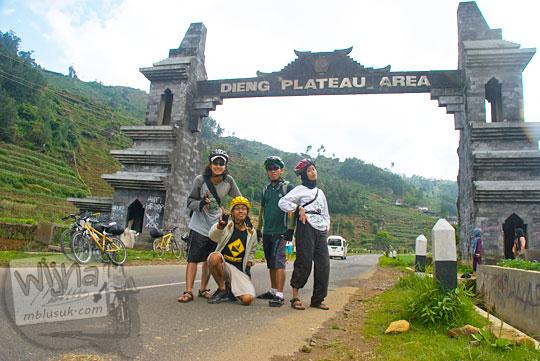 Cowok cewek bersepeda dari Jogja ke Dieng foto di depan gerbang selamat datang di Dieng pada tahun 2010