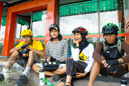 Pesepeda dari Jogja ke Dieng istirahat di emperan minimarket Sapuran pada tahun 2010