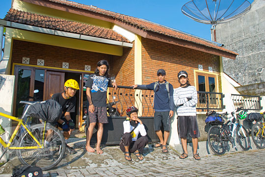 Warga Wonosobo berbaik hati mempersilakan pesepeda dari Jogja ke Dieng menginap di rumahnya pada tahun 2010