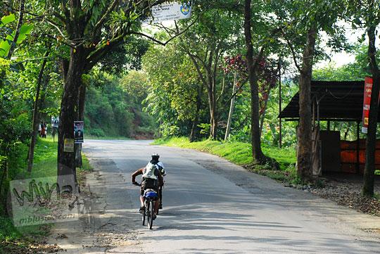 Kisah bersepeda dari Yogyakarta ke Dieng melewati jalan raya Salaman - Sapuran yang penuh tanjakan dan rawan kejahatan pada tahun 2010