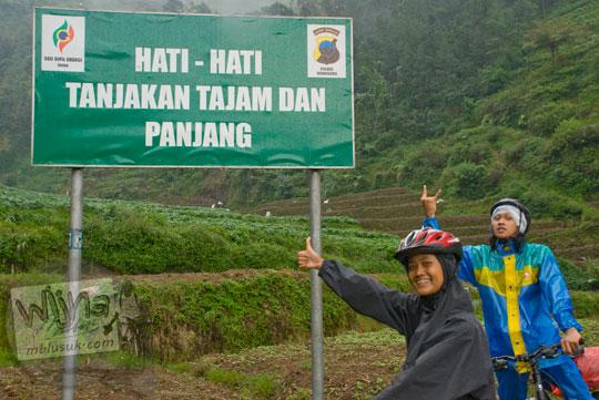 Papan peringatan tanjakan terjal dan tajam saat bersepeda dari Wonosobo ke Dieng pada tahun 2010