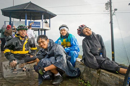 Bersepeda dari Wonosobo ke Dieng di bawah guyuran hujan pakai mantel dan jas hujan pada tahun 2010