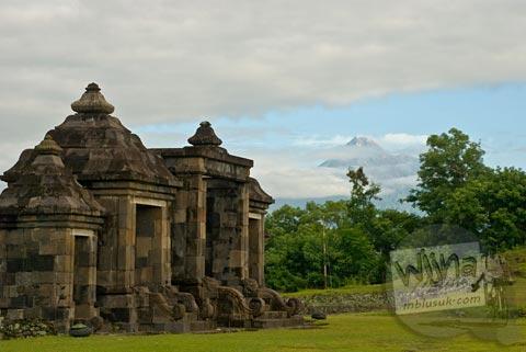 Foto Gapura Utama Keraton Ratu Boko, Prambanan pada Oktober 2008