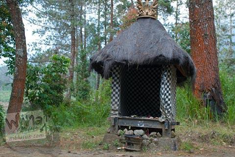 altar sesaji umat Hindu di puncak Candi Kethek di Karanganyar, Jawa Tengah